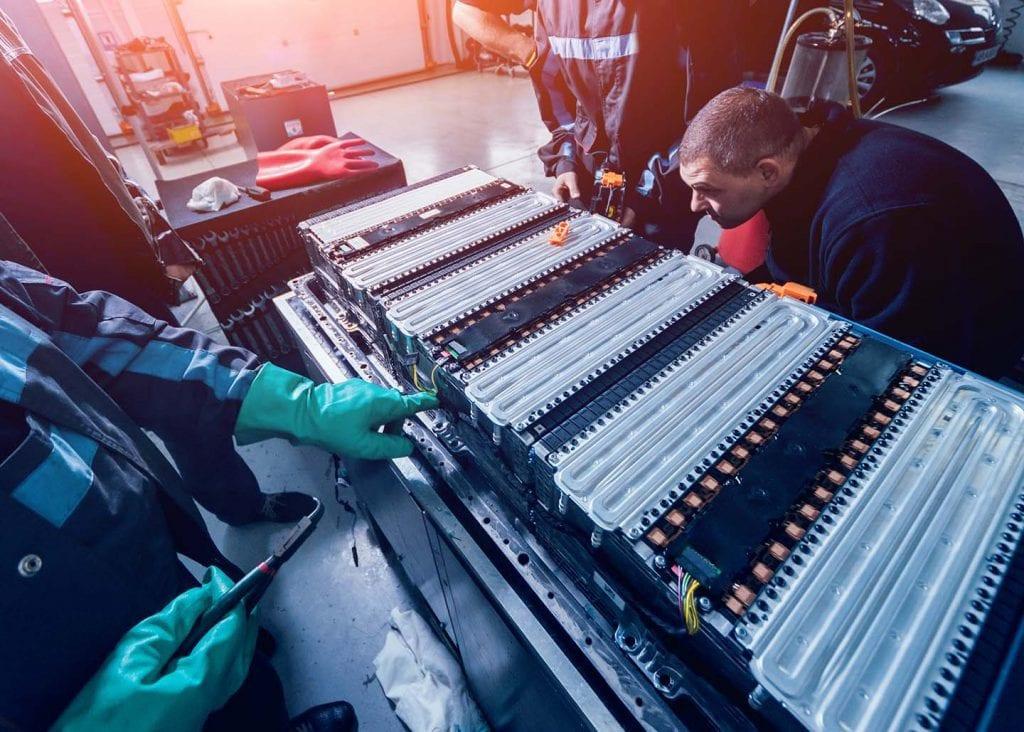 F&P - Zeit für Heldinnen und Helden - PES Power Energy Solutions - Techniker beim Austausch eines Akkus für Elektroautos