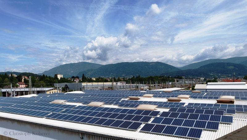 F&P - Zeit für Heldinnen und Helden- Photovoltaikanlage am Dach - Fotograf Christoph Koberer