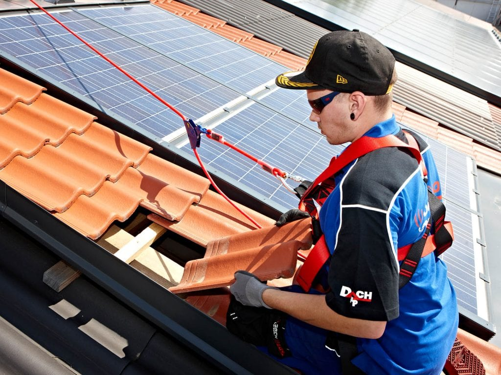 F&P - Zeit für Heldinnen und Helden - Stellenausschreibung - Techniker Roof Management - Dachdecker und Spengler - Foto Johannes Puch